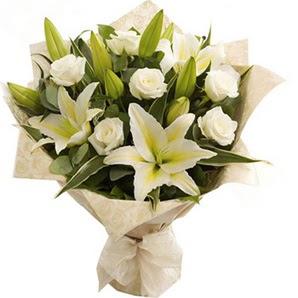 Ankara Anadolu anneler günü çiçek yolla  3 dal kazablanka ve 7 adet beyaz gül buketi