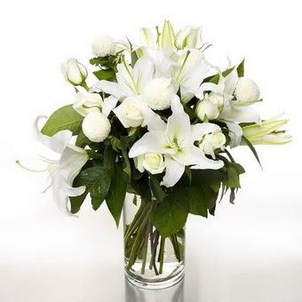 Ankara Anadolu çiçek gönderme sitemiz güvenlidir  1 dal cazablanca 7 adet beyaz gül vazosu
