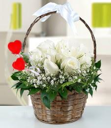 Sepet içerisinde 7 adet beyaz gül  Ankara Anadolu çiçek siparişi sitesi