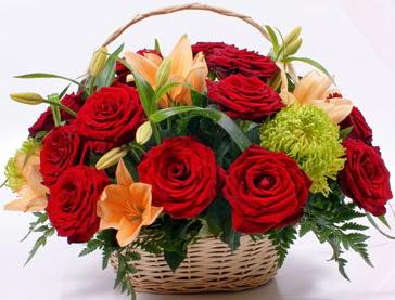 Sepette 5 adet kırmızı gül ve kır çiçekleri  Ankara Anadolu çiçek gönderme sitemiz güvenlidir