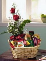 Ankara Anadolu uluslararası çiçek gönderme  sepet te çikolata ve gül