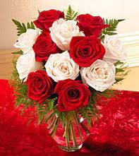 Ankara Anadolu uluslararası çiçek gönderme  5 adet kirmizi 5 adet beyaz gül cam vazoda