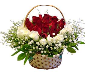 Ankara Anadolu kaliteli taze ve ucuz çiçekler  Sepet içerisinde kirmizi ve beyaz güller ile hazir