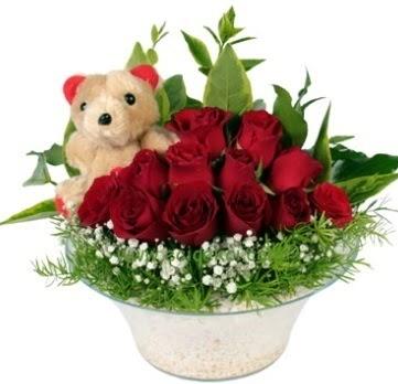 Cam tabakta 7 adet kırmızı gül ve küçük ayı  Ankara Anadolu çiçekçi mağazası