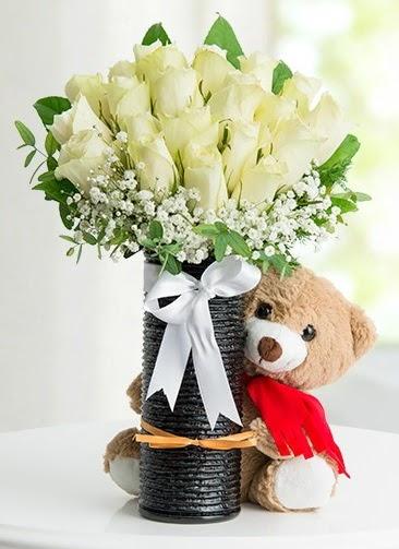 Cam vazoda 25 beyaz gül ve peluş ayı  Ankara Anadolu çiçek satışı