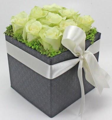9 adet beyaz gülden özel kutu çiçeği  Ankara Anadolu çiçek siparişi sitesi