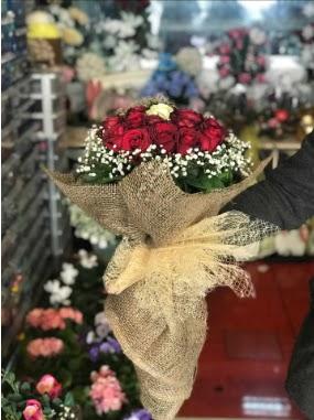 12 adet kırmızı 1 adet beyaz gül buketi  Ankara Anadolu hediye çiçek yolla